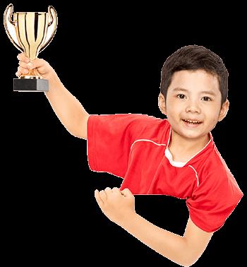 Seorang Anak Memegang Piala