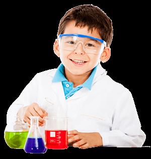 Seorang Anak Mengenakan Kacamata Pelindung dan Jas Lab Sedang Tersenyum dan Menunjukkan 3 Buah Botol Berisi Zat Kimia Cair